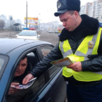 Почему некоторые инспекторы ДПС обходят машину вокруг после остановки?